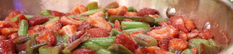 Rabarber en aardbeien in de koperen ketel